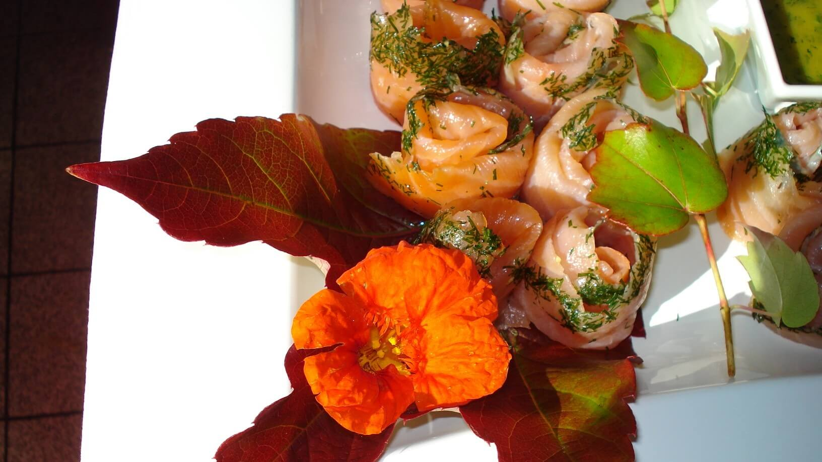 Lachsplatte Blumendeko